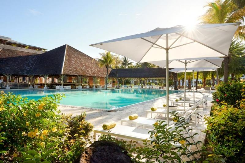 Почивка Ravenalla Attitude 4* - Остров Мавриций – кътче от рая, което очарова всеки успял да се докосне до магията му. Самото име на острова подсказва за тропическия лукс, спокойствие и възможността за пълноценна почивка. Мавриций ще ви очарова, ще ви накара да се чувствате, че сте от малкото избрани, които да се докоснат до това невероятно кътче, където всеки посетител се радва на персонално внимание, където зад всяка усмивка се крие обещание за уникална почивка. Република Мавриций е островна държава в югозападния Индийски океан, на около 900 км източно от най-големия африкански остров Мадагаскар. Освен остров Мавриций, републиката включва островите Св. Брендън, Родригес и Агалега. Островът е открит през 1507 г. от португалски мореплаватели, като никога преди това не е бил населяван от хора. Столицата е Порт Луис, а официалният език е английският,  който е и основeн търговски език. Не по-малко обаче е разпространен френският език, който е в основата за местния разговорен креолски език. Месеците от м. Май до м. Октомври са по-хладни, което се изразява повече в ниската влажност на въздуха, отколкото в понижаване на температурите. Мавриций... там, където се смесват миналото и настоящето... там, където са спиращите дъха природни гледки и архитектурни забележителности... там, където плажовете са безкрайни... там, където тюркоазената вода  нежно мие бреговете с фин бял пясък...