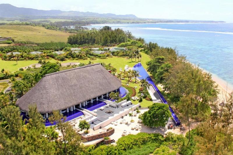 Почивка Sofitel SO 5*  - Остров Мавриций – кътче от рая, което очарова всеки успял да се докосне до магията му. Самото име на острова подсказва за тропическия лукс, спокойствие и възможността за пълноценна почивка. Мавриций ще ви очарова, ще ви накара да се чувствате, че сте от малкото избрани, които да се докоснат до това невероятно кътче, където всеки посетител се радва на персонално внимание, където зад всяка усмивка се крие обещание за уникална почивка. Република Мавриций е островна държава в югозападния Индийски океан, на около 900 км източно от най-големия африкански остров Мадагаскар. Освен остров Мавриций, републиката включва островите Св. Брендън, Родригес и Агалега. Островът е открит през 1507 г. от португалски мореплаватели, като никога преди това не е бил населяван от хора. Столицата е Порт Луис, а официалният език е английският,  който е и основeн търговски език. Не по-малко обаче е разпространен френският език, който е в основата за местния разговорен креолски език. Месеците от м. Май до м. Октомври са по-хладни, което се изразява повече в ниската влажност на въздуха, отколкото в понижаване на температурите. Мавриций... там, където се смесват миналото и настоящето... там, където са спиращите дъха природни гледки и архитектурни забележителности... там, където плажовете са безкрайни... там, където тюркоазената вода  нежно мие бреговете с фин бял пясък...