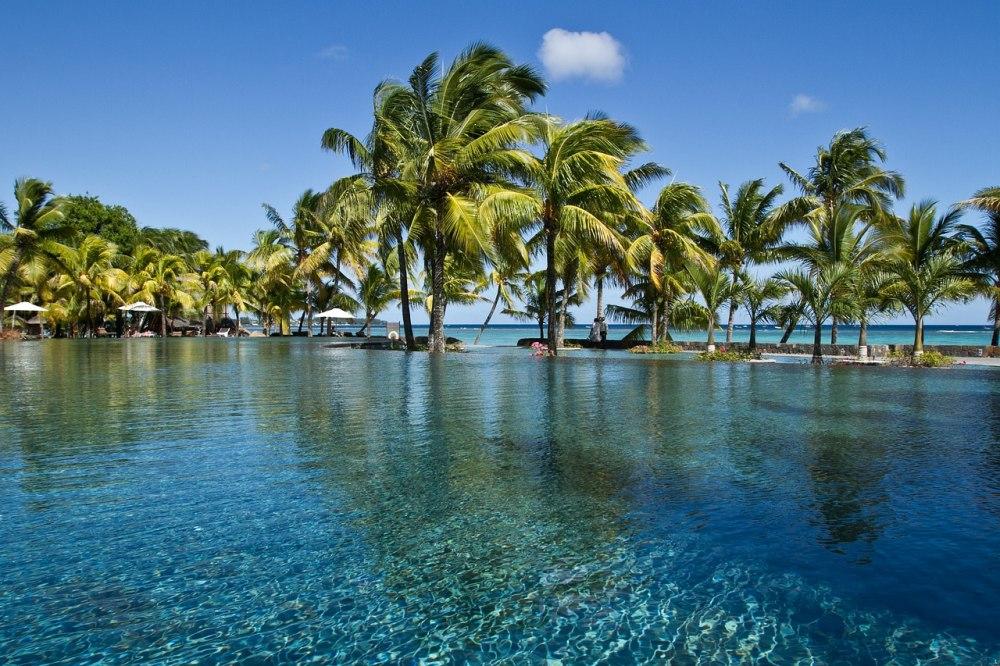 Почивка Почивка на остров Мавриций, група с водач от България - Остров Мавриций – кътче от рая, което очарова всеки успял да се докосне до магията му. Самото име на острова подсказва за тропическия лукс, спокойствие и възможността за пълноценна почивка. Мавриций ще ви очарова, ще ви накара да се чувствате, че сте от малкото избрани, които да се докоснат до това невероятно кътче, където всеки посетител се радва на персонално внимание, където зад всяка усмивка се крие обещание за уникална почивка.